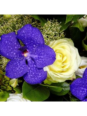 """Букет-корзина из белых лизиантуса, роз и альстромерии, а также синей орхидеи """"Ванда"""" №1"""