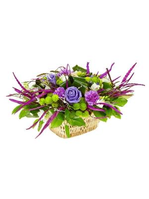 Букет-корзина из восковых роз, зеленой хризантемы, белой фрезии и фиолетовой гривелии №3