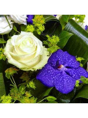 """Букет цветов из белых роз и лизиантуса, а также синей орхидеи """"Ванда"""" №3 с доставкой."""