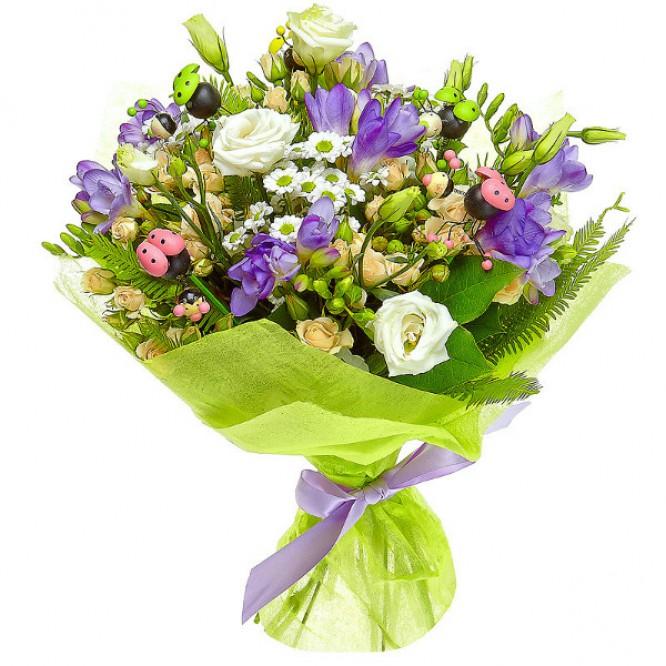 Букет цветов из белой хризантемы, лизиантуса (эустома), голубой фрезии и кремовых кустовых роз с доставкой.