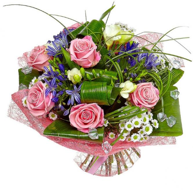 Букет цветов из белых хризантемы и фрезии, розовых роз и синего агапантуса №3 с доставкой.