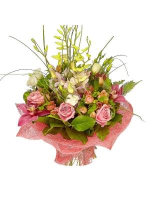 Букет цветов из розовых роз, альстромерии и орхидеи, а также белого лизиантуса №7 с доставкой.