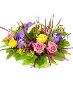 """Букет-корзина из розовых и желтых роз, синей орхидеи """"Ванда"""" и гривелия №7"""