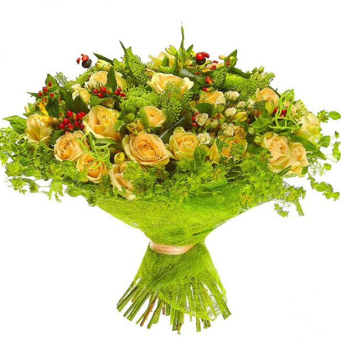 Букет цветов из кремовых роз, желтой альстромерии и зеленей хризантемы №19 с доставкой.