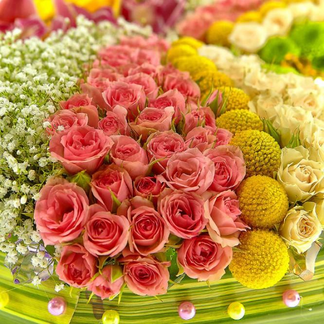 Букет-бабочка из зеленой хризантемы, желтых и кремовых роз, а также розовой орхидеи №18