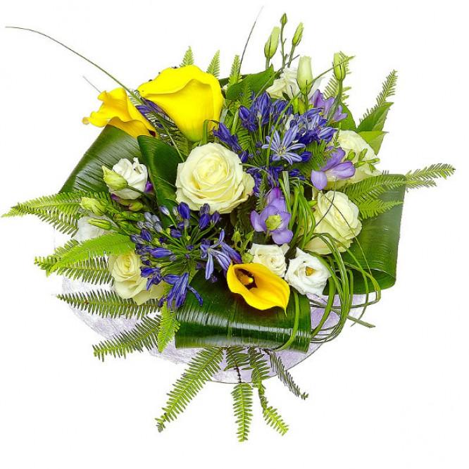 Букет цветов из белых роз, голубой фрезии, желтой каллы и синего агапантуса №19 с доставкой.