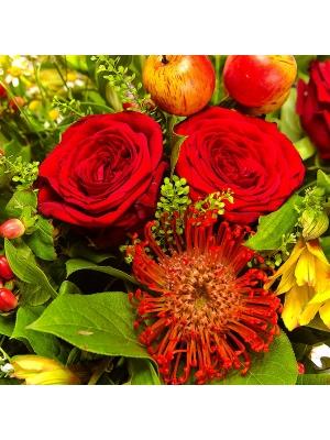 Букет цветов из желтых альстромерии, герберы и фрезии, красных роз, а также ромашек №20 с доставкой.