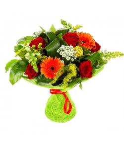 Букет цветов из белой хризантемы, рыжей герберы и красной розы №14 с доставкой.