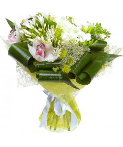 Букет цветов из белых роз, фрезий и орхидеи, а также белых агапантусов №15 с доставкой.