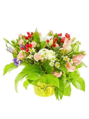 Букет-корзина из розовых кустовых роз и альстромерии, голубой фрезии и ромашек №15