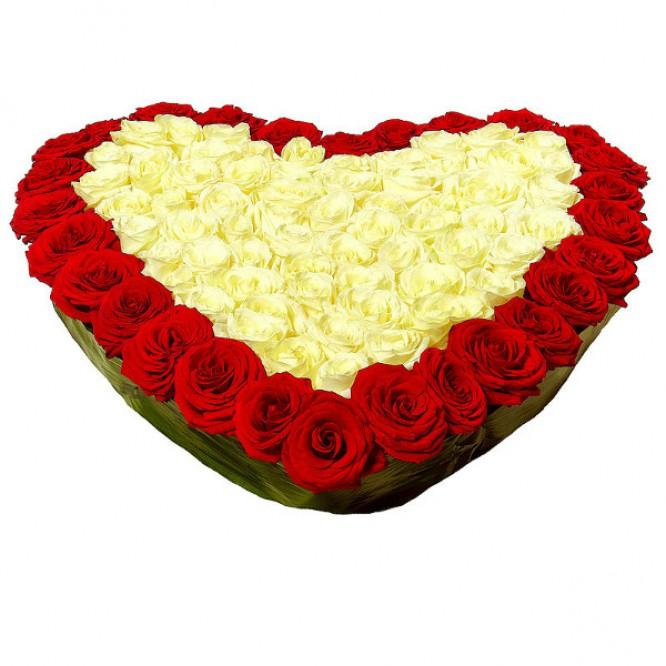 Букет-сердце из красных и белых роз №9 (51 шт.)