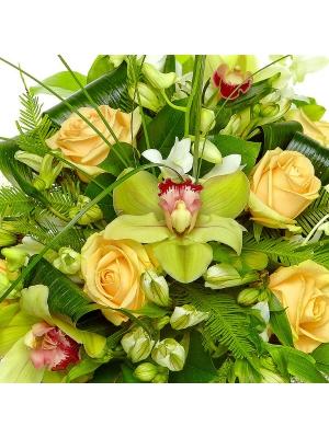 Букет цветов из белой альстромерии, кремовых роз и зеленной орхидеи №24 с доставкой.