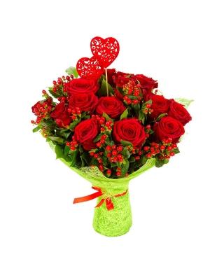 Букет цветов из красных роз (15 шт.) и гиперикума №24 с доставкой.