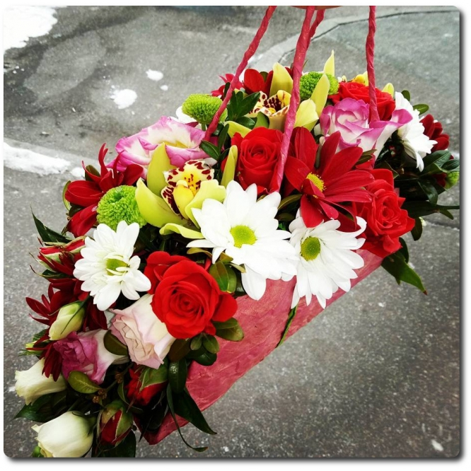 Сумочка цветов из зеленой орхидеи, красной и зеленой хризантемы,кустовых роз, красной и розовой альстромерии (розовой эустомы) и декоративной зелени с и доставкой по Киеву.