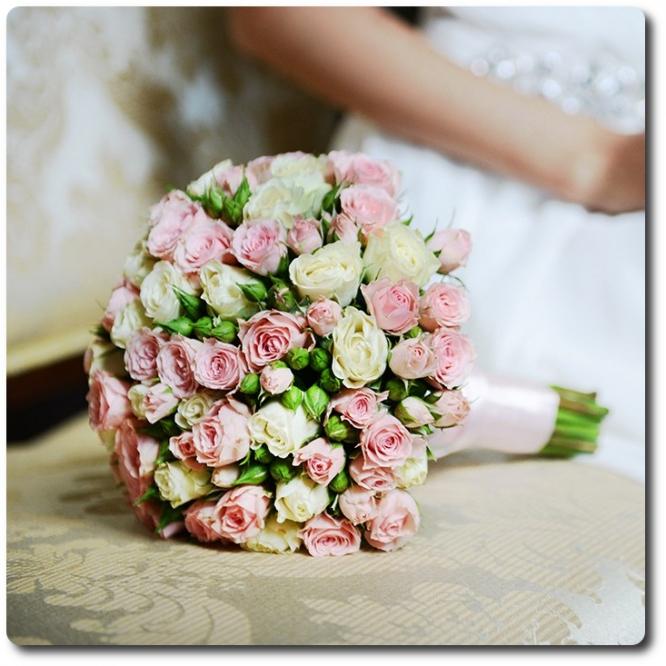 Свадебный букет невесты из розовых и белых кустовых роз (25 веток, экстра класс) с доставкой по Киеву.