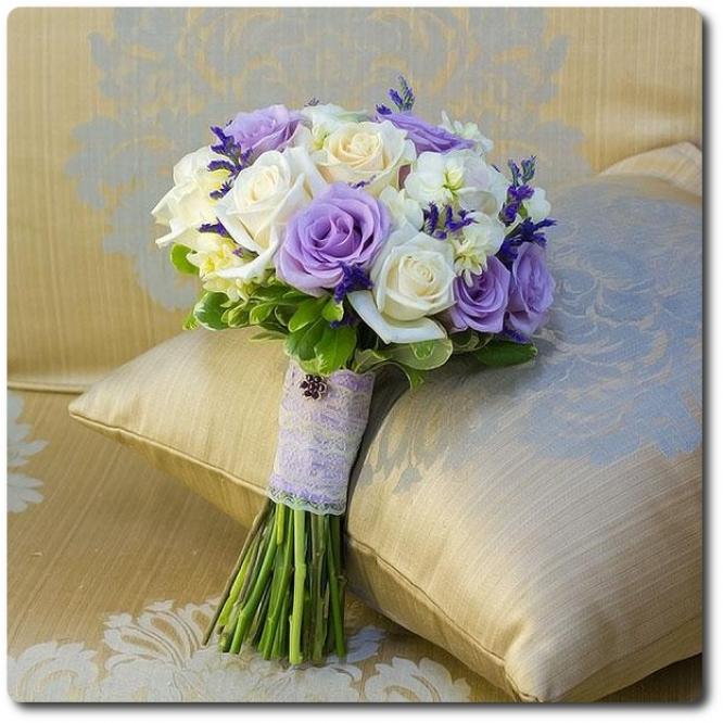 Свадебный букет невесты из бледно-голубых и белых роз (21 штука), белой фрезии (5 веток) и декоративной зелени с доставкой по Киеву.