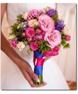 Свадебный букет невесты из разноцветных кустовых роз (7 веток), эустомы (4 ветки), бувардии, крупно-бутоновых роз (3 штуки) и декоративной зелени с доставкой по Киеву.