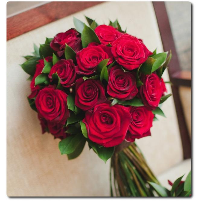 Свадебный букет невесты из красных роз (21 штука) и декоративной зелени с доставкой по Киеву.
