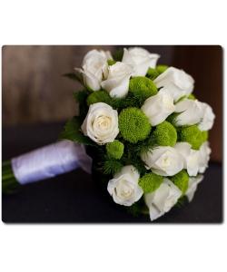 Свадебный букет невесты из белых роз (19 штук), зеленой хризантемы (7 веток) и декоративной зелени с доставкой по Киеву.