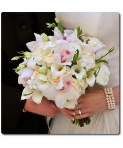 Свадебный букет невесты из белых мини калл (10 штук), белой орхидеи Цимбидиим (7 цветков), белой эустомы (5 веток), кремовых роз (5 штук) и декоративной зелени с доставкой по Киеву.