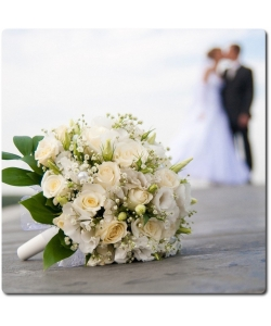 Свадебный букет невесты из белых роз (19 штук, экстра класс), белой эустомы (5 веток) и гипсофилы с доставкой по Киеву.