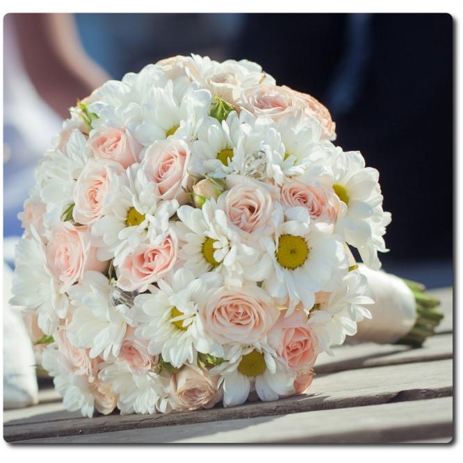 Свадебный букет невесты из розовых роз (25 штук), белой хризантемы (5 веток) и декоративной зелени с доставкой по Киеву.