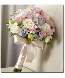Свадебный букет невесты из белых роз (7 штук), розовой альстромерии (4 ветки), розовой гвоздики (7 штук), голубой гортензии, эустомы и декоративной зелени с доставкой по Киеву.