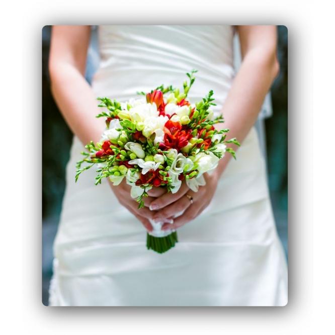 Свадебный букет невесты из красной и белой фрезии (25 веток) и декоративной зелени с доставкой по Киеву.