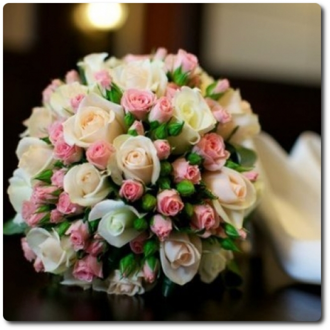 Свадебный букет невесты из розовых кустовых роз (15 веток), белых роз (19 штук) и декоративной зелени с доставкой по Киеву.