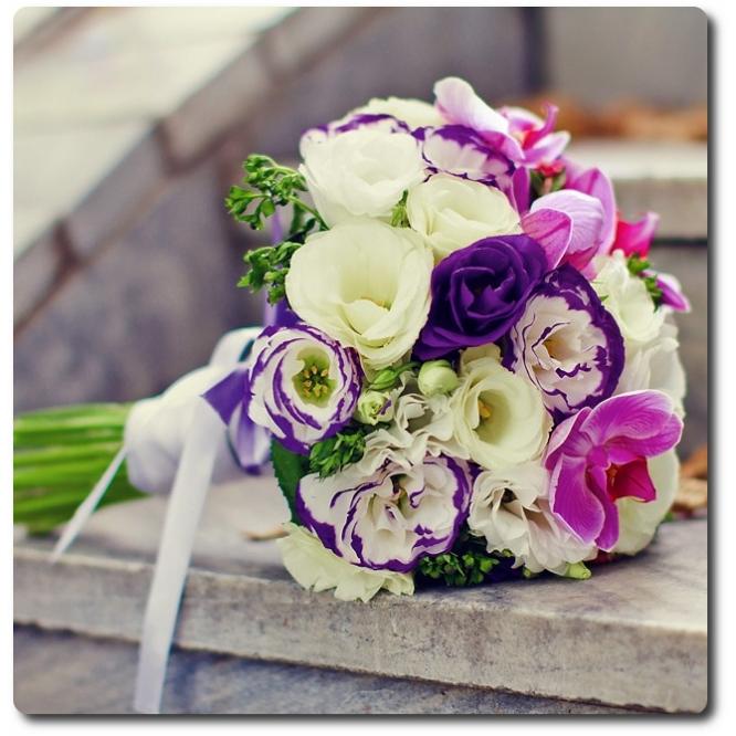 Свадебный букет невесты из разноцветной эустомы (13 веток), орхидеи Фаленопсис (5 цветков) и декоративной зелени с доставкой по Киеву.