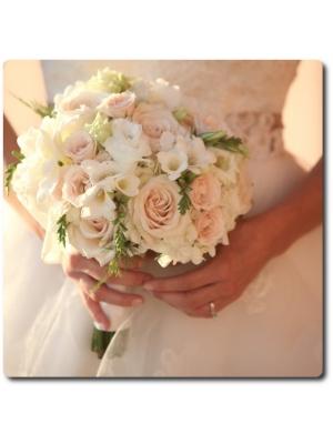 Свадебный букет невесты из кремовых роз (19 штук), белой фрезии (13 веток) и декоративной зелени с доставкой по Киеву.