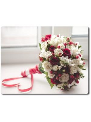 Свадебный букет невесты из белых и бордовых роз (31 штука), белой фрезии (15 веток), красного гиперикума и декоративной зелени с доставкой по Киеву.