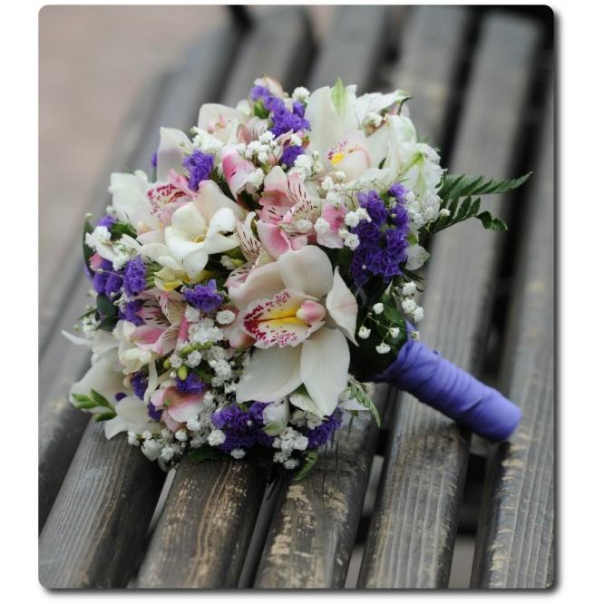 Свадебный букет невесты из белой орхидеи, белой фрезии, розовой альстромерии, синей статицы, гипсофилы и декоративной зелени с доставкой по Киеву.