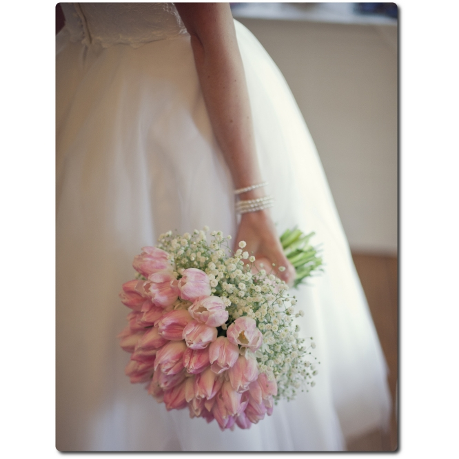 Свадебный букет невесты из нежно-розовых тюльпанов, гипсофилы и декоративной зелени с доставкой по Киеву.