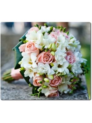Свадебный букет невесты из розовых роз (15 штук) и белой фрзии (15 веток) с доставкой по Киеву.