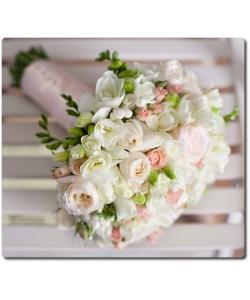 Свадебный букет невесты из ранункулюса, белых роз, розовых кустовых роз, белой фрезии и декоративной зелени с доставкой по Киеву.