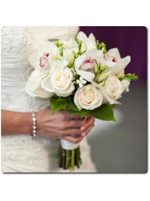 Свадебный букет невесты из белых роз (9 штук), белой орхидеи Цимбидиум (5 цветков) и белой фрезии (10 веток) с доставкой по Киеву.