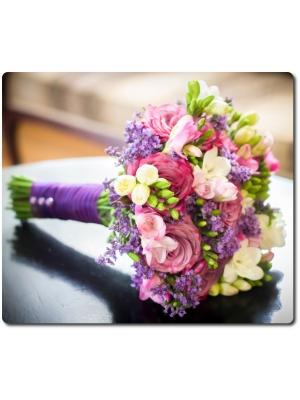 Свадебный букет невесты из белой и розовой фрезии (17 веток), бледно-розовых роз (9 штук) и декоративной зелени с доставкой по Киеву.