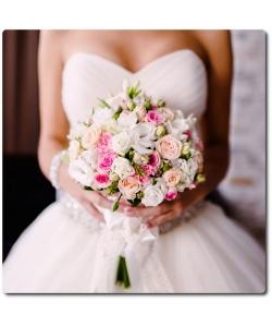 Свадебный букет невесты из белой эустомы (7 веток), кремовых и розовых кутовых роз (9 веток), белой фрезии (4 ветки) и декоративной зелени с доставкой по Киеву.
