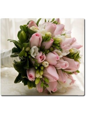 Свадебный букет невесты из розовых роз (25 штук), белой фрезии (15 веток) и декоративной зелени с доставкой по Киеву.