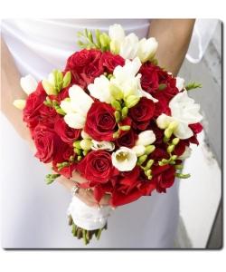 Свадебный букет невесты из красных роз красных роз (25 штук), белой фрезии (10 веток) и декоративной зелени с доставкой по Киеву.
