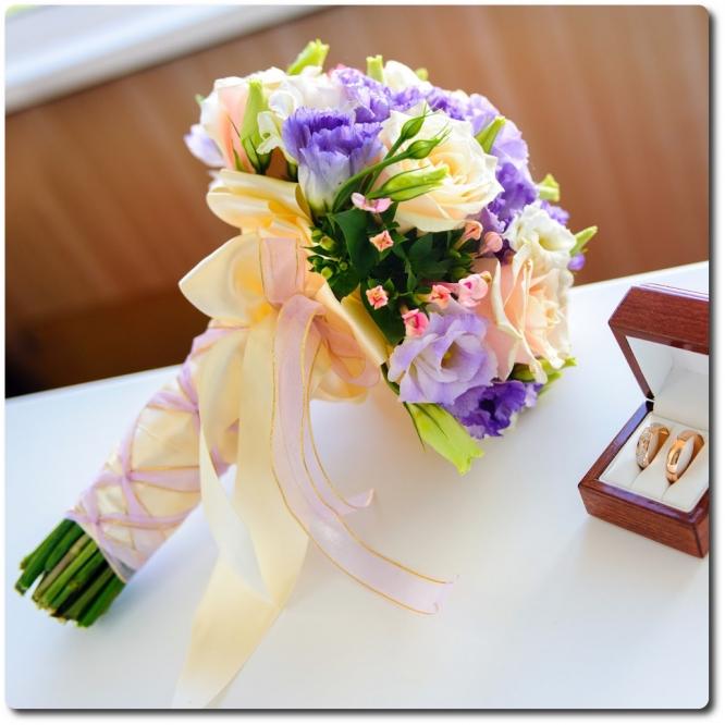 Свадебный букет невесты из разноцветной эустомы (19 веток), бувардии и декоративной зелени с доставкой по Киеву.