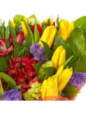 Букет цветов из желтых тюльпанов, красной альстромерии, салала, а также синей и желтой статицы №14 с доставкой.