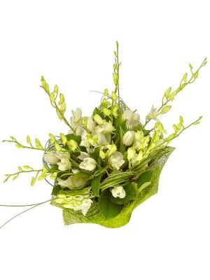 Букет цветов из белой орхидеи, тюльпанов и зелени №11 с доставкой.