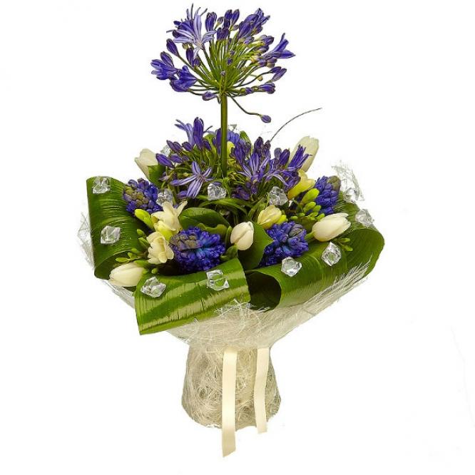 Букет цветов из белых тюльпанов, синего гиацинта, белой фрезии, аспидистр и синего агапантуса №27 с доставкой.