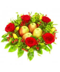 Букет-композиция из красных роз, зеленой хризантемы, желтых тюльпанов и гиперикума №56