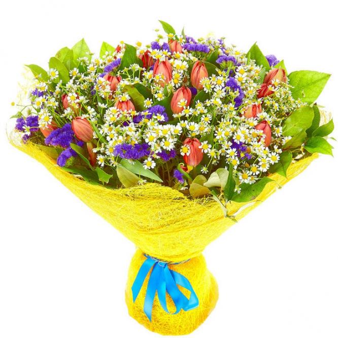 Букет цветов из светло-красных тюльпанов, ромашек, салала и синей статицы №33 с доставкой.