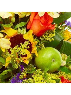 Букет-корзина из желтой альстромерии, тюльпанов, рыжих роз, гиперикума, солидаго и статицы №57