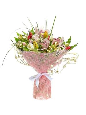 Букет цветов из разноцветных тюльпанов, розовой альстромерии, пестрой аралии и розовой орхидеи №4 с доставкой.