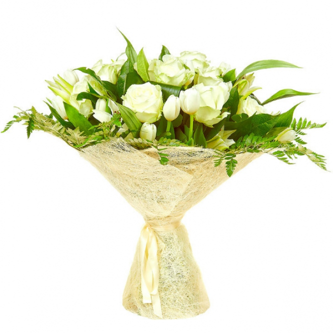 Букет цветов из белых роз, тюльпанов и лилии, а также аспидистр и папоротника №41 с доставкой.
